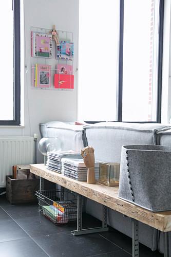 Rustikale Bank hinter dem Sofa aus einem alten Brett und Metallfüßen