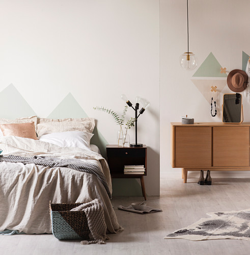 Pastellfarbenes Schlafzimmer mit Dreiecken an den Wänden