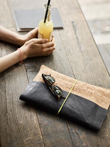 DIY-Clutch aus Leder und Kork