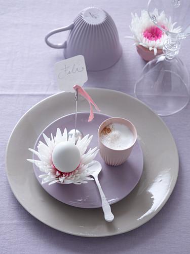 Ostergedeck mit Cappuccino, Blume und Osterei