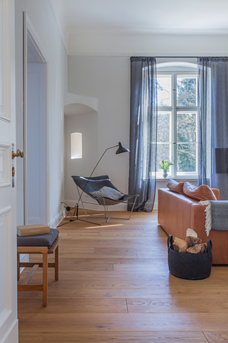 Blick ins Wohnzimmer in Grau und Braun