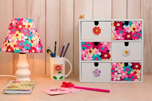 Tischleuchte und Schubladenkästchen mit Blumenstoff beklebt