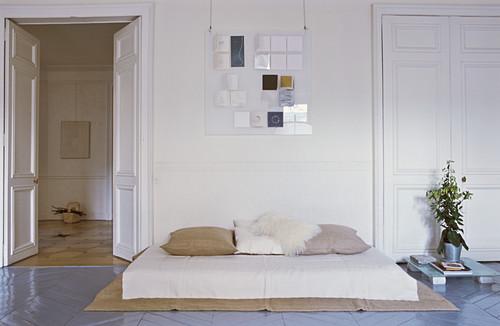 Schlafzimmer mit Matratze im Altbau