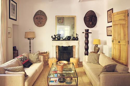 Gegenüberstehende Sofas im Wohnzimmer in Beige