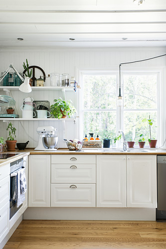 Landhausküche mit weiß gestrichener Holzwand und Holzdecke