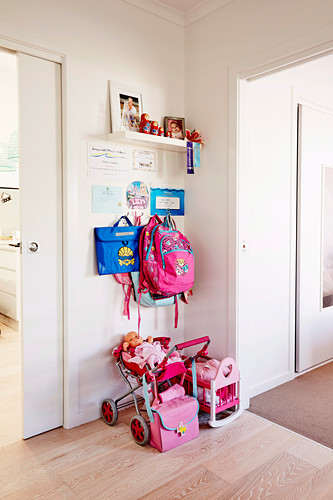 Kindergarderobe, darunter Spielsachen für Mädchen