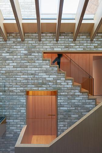 Modernes Architektenhaus mit offenem Dach und Materialmix