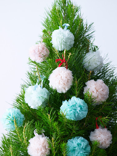 Weihnachtsbaum mit recycelten Pompons aus Plastiktüten