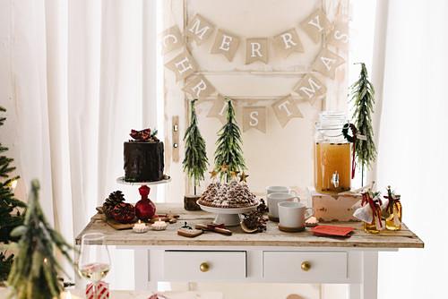 Desserttisch mit warmen Apfelpunsch, Gugelhupf und Dripping Cake