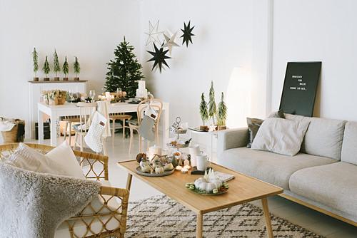 Weihnachtlich dekorierter Wohnraum mit Lounge und Essbereich