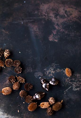 Verschiedene Zapfen und Baumanhänger zur Weihnachtsdekoration