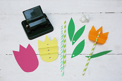 Instructions for making tulips made from drinking straws and craft paper