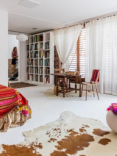 Mediterranes Schlafzimmer mit weißem Boden