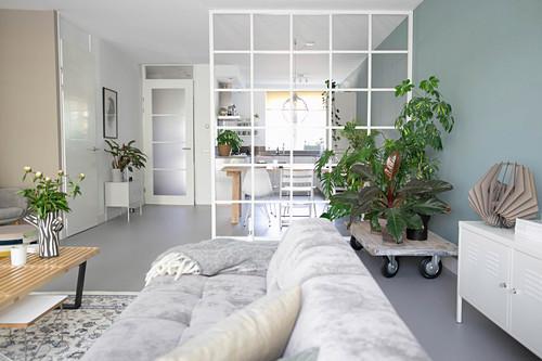 Gitter als Raumteiler zwischen Wohnküche und Wohnzimmer