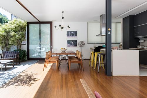 Moderner offener Wohnraum mit offener Fassade zur Terrasse