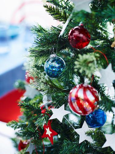 Weihnachtsdekoration am Christbaum