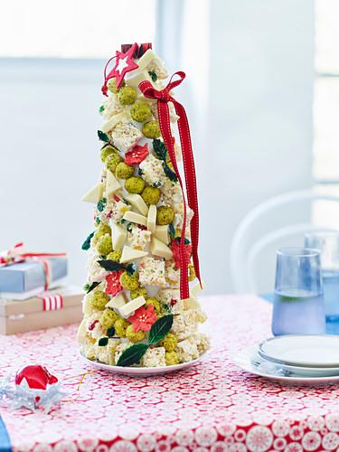 Süssigkeiten-Kegel als weihnachtliche Tischdeko