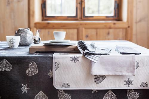 Weihnachtliche Tischwäsche in Grau und Weiß