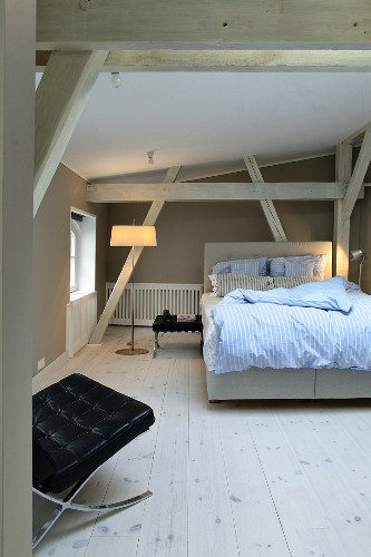 Bedroom with wooden beams and grey walls