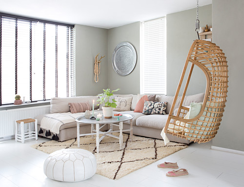 Hängesessel im Wohnzimmer im Boho-Stil mit großen Fenstern