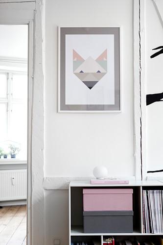 Moderne Kunst an weißer Wand über Sideboard