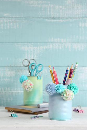 DIY-Stiftehalter aus Konservendose, verziert mit Pompons