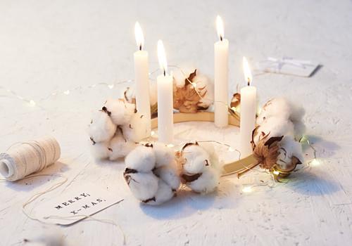 Adventskranz dekoriert mit Baumwollkapseln