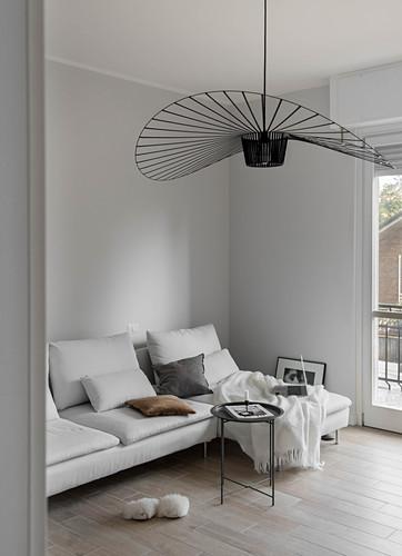 Weiße Couch mit Kissen und schwarze … – Bild kaufen