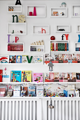 Books, toys and letters in shelf modules and on picture ledges