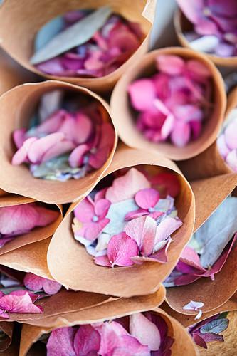 Papiertüten mit Hortensienblüten als Streublumen