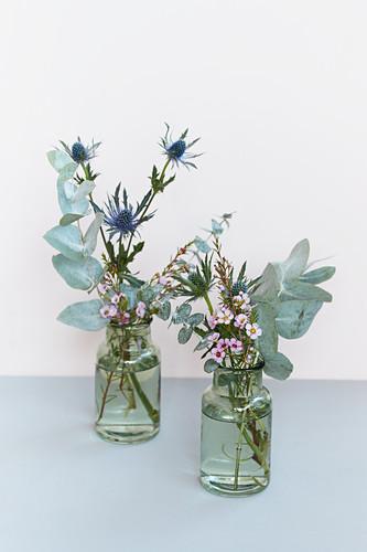 Kleine Sträuße aus Eukalyptus, Mannstreu und Waxflower