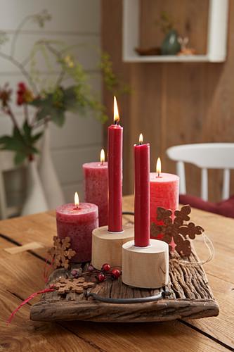Weihnachtliche Dekoration mit roten Kerzen