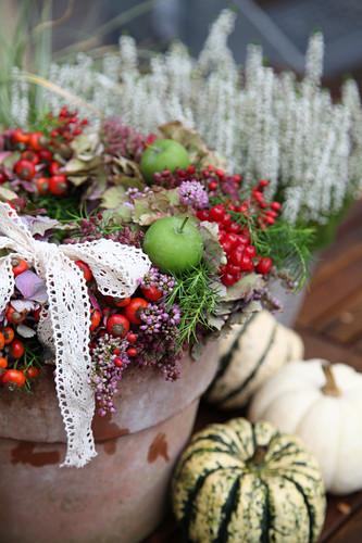 Herbstkranz mit Heide, Hagebutten, Äpfeln, Hortensienblüten und Schneeballbeeren