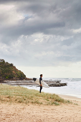 Surfer mit Surfbrett am Coledale Strand (Coal Coast, New South Wales, Australien)