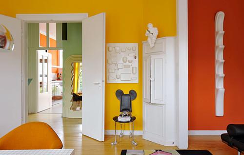 Wohnzimmer mit bunten Wänden und Retro Gegenständen