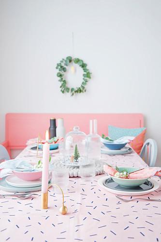 Feminin gedeckter Weihnachtstisch in Pastelltönen