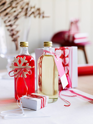 Hausgemachte Liköre in Flaschen weihnachtlich dekoriert