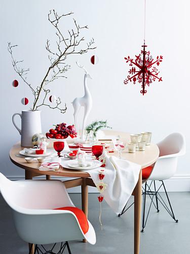 Weihnachtlich gedeckter Tisch in Weiss und Rot