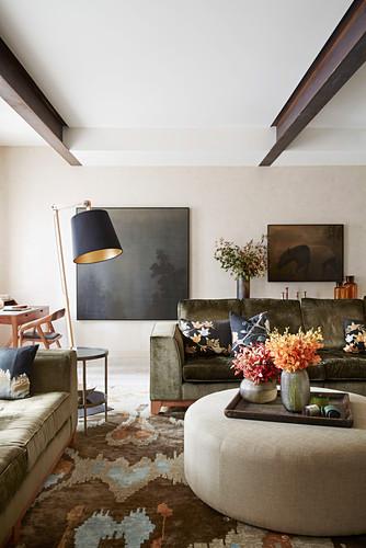 Elegantes Wohnzimmer in herbstlichen Erdfarben