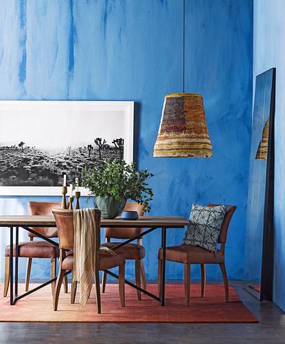 Esstisch mit Lederstühlen im Zimmer mit blauen Wänden