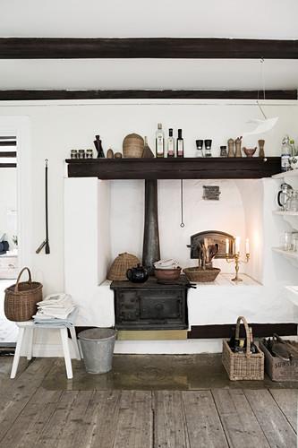 Alter Küchenofen in einer rustikalen Landhausküche