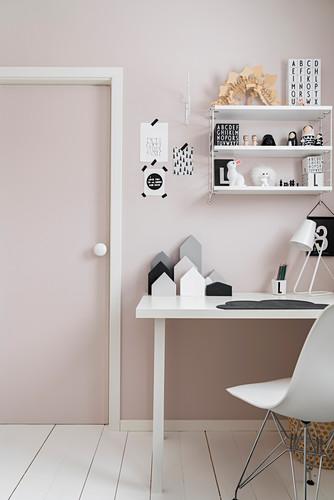 Schalenstuhl am Schreibtisch im Kinderzimmer in Rosa und Weiß
