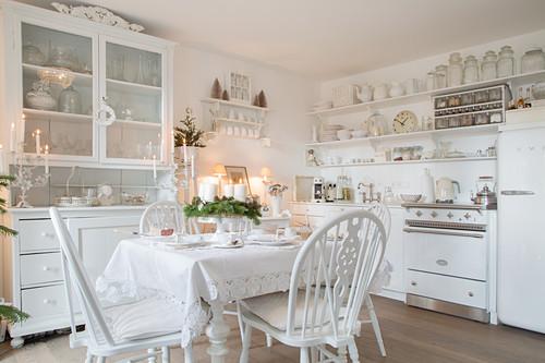 Nostalgische Wohnküche ganz in Weiß