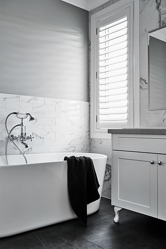 Free-standing bathtub with vintage-style tap fittings