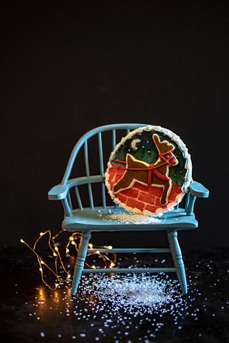Weihnachtsplätzchen auf blauem Stuhl