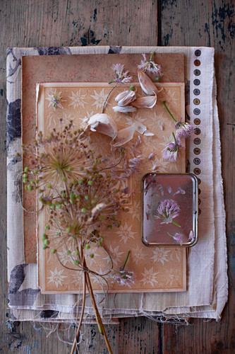 Dried garlic flowers tied together and garlic bulbs decorating table