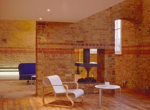 Wohnzimme in einem alten Gebäude mit Backsteiwänden