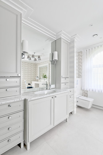 Classic bathroom entirely decorated in white