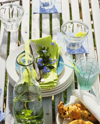 Tisch mit Geschirr im Garten