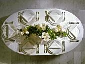 Tafel mit Bouquet aus weissen Amaryllis und Efeu